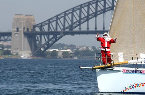 Santa-Claus-sails-into-Sydney-Harbour-on-the-bow-of-5812018